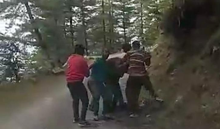नशे में धुत्त हुड़दंगियों ने कर दिया पुलिसकर्मियों पर हमला, दो लहूलुहान