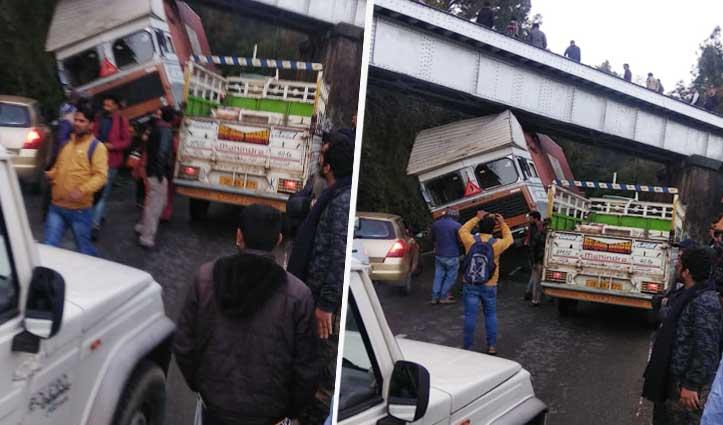 समेला में तेज रफ्तार Truck रेलवे पुल से टकराया, एनएच पर लगी वाहनों की लंबी कतार