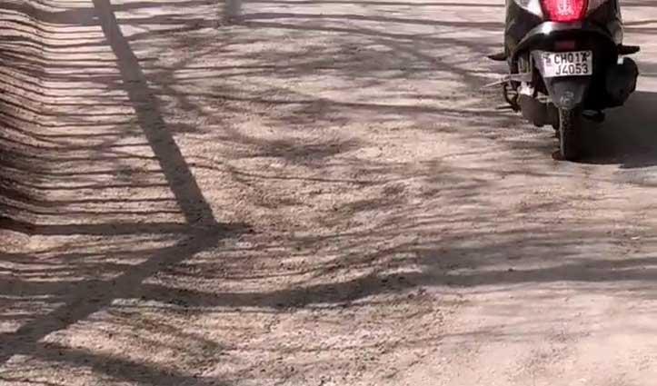 वार्ड नंबर 12 की सड़क की उखड़ी टायरिंग, बिखरी रोड़ी पर पैर पड़ते ही गिर रहे लोग