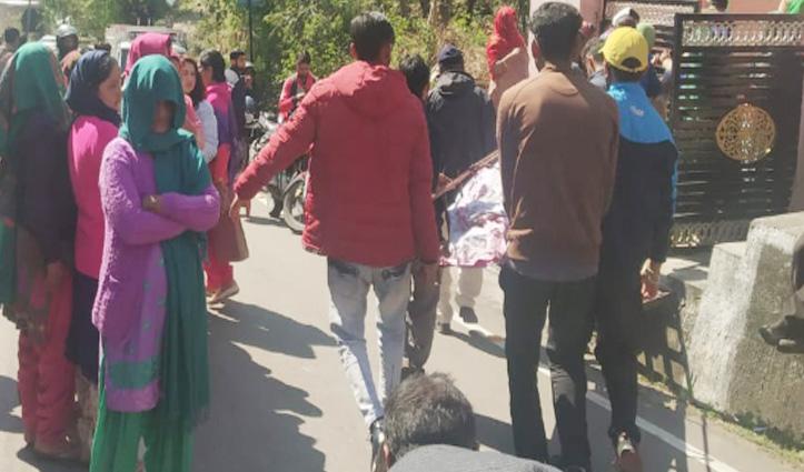 टैक्सी चालक मौत मामला : परिजनों ने जाम किया Chambi-Dharamshala Road, सड़क पर शव रखकर प्रदर्शन
