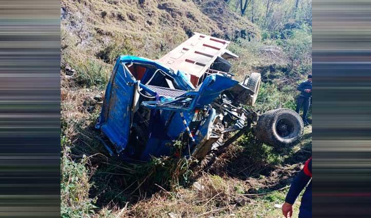 खाई में गिरा टिप्पर, 108 Ambulance की मदद से अस्पताल पहुंचाए दो घायल युवक