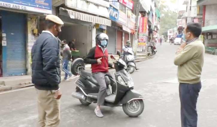 Curfew में ढील के बीच Vehicles पर खरीददारी करने पहुंचने वालों पर शिकंजा,17 किए जब्त