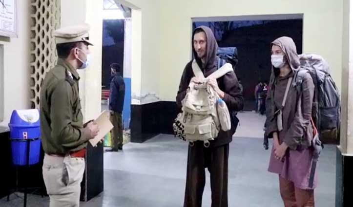 Una रेलवे स्टेशन पर दो रूस के पर्यटक पकड़े, अस्पताल लाया गया
