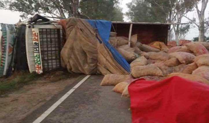 Una : जोरदार टक्कर के बाद सड़क पर पलटा आलू से लदा Truck, खाई में गिरी Car