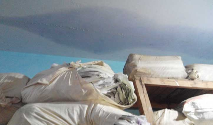 घुमारवीं SDM office के ऐसे हाल : छत से टपक रहा पानी, कहां बैठें कर्मचारी