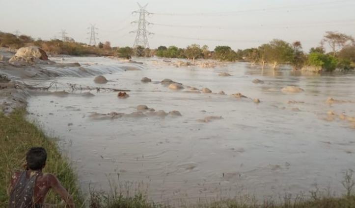 रिलायंस पावर प्लांट का Fly Ash Dam टूटा, कई घरों में घुसा मलबा, पांच लोग लापता