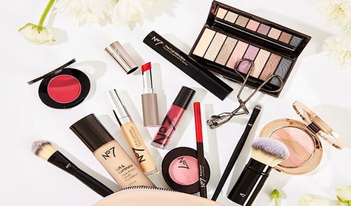 Makeup का है शौक तो लॉकडाउन में घर पर करें ये काम, नहीं होंगी बोर