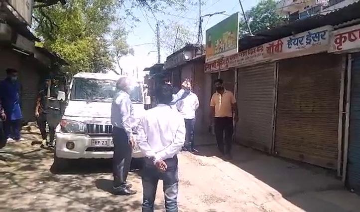 SDM ने दी बाजार में दबिश, बिना मंजूरी के खोली दुकानें करवाईं बंद