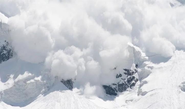 Rohtang Marg पर राहनीनाला के पास हिमस्खलन, मढ़ी में सात घंटे तक फंसे रहे किसान-बागवान