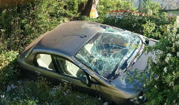 राहगीर को टक्कर मार पलटकर खेत में जा गिरी तेज रफ्तार Car, दोनों युवक घायल