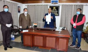 एक करोड़ का अंशदान, जयराम को सौंपा बैंक ड्राफ्ट
