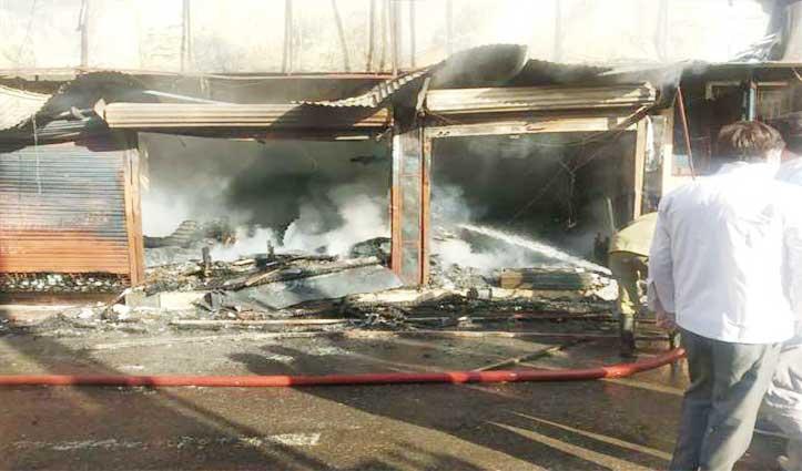 Cosmetic-Gift की दुकान में धमाके के साथ भड़की आग, सामान जलकर राख