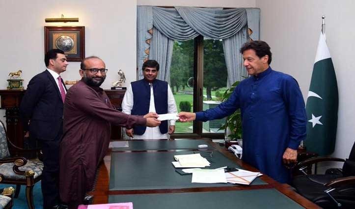 पाक PM इमरान खान पर मंडराया Coronavirus का खतरा; हाथ में चंदा देने वाला शख्स निकला पॉजिटिव