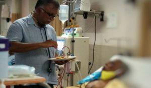 घर से नहीं आ सकते थे परिजन तो Doctor ने मरीज को अपने हाथ से खिलाया खाना