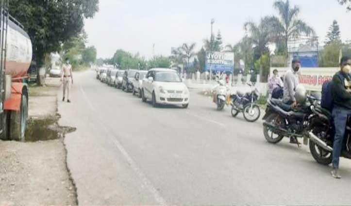 बाहरी राज्यों से लौटने वाले हिमाचली आज भी जुटे, Kandwal Barrier पर लगी कतारें