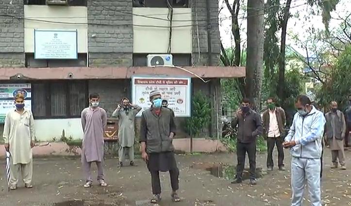 Hamirpur में फंसे कश्मीरी मजदूरों ने DC को सुनाया दुखड़ा, आश्वासन के बाद खुश