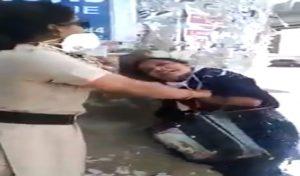 Video : Lockdown में बाहर घूम रही थी महिला, पुलिसकर्मी ने रोका तो की हाथापाई