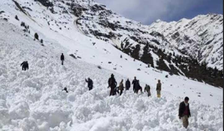 Lahaul में गिरे हिमखंड, चपेट में आने से बर्फ में दबा किसान- Rescue Operation जारी