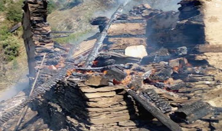 बंजार के थाटीबीड़ में दो मंजिला लकड़ी का मकान जलकर हुआ राख