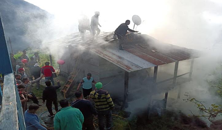 लग घाटी के भुट्टी गांव में सुबह लकड़ी के मकान में लगी आग