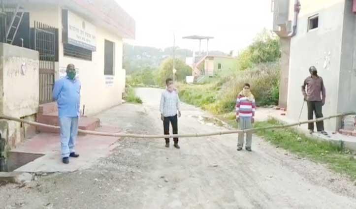 Coronaसे बचावः हमीरपुर की इस पंचायत में प्रतिनिधि दे रहे रास्तों पर पहरा