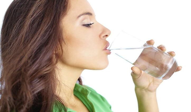 इन पांच चीजों को पानी में मिलाकर पीएंगे तो दूर होंगी कई बीमारियां, जानें
