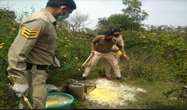 Curfew के बीच पुलिस की बड़ी कार्रवाई, जंगल में नष्ट की 2 हजार लीटर लाहण