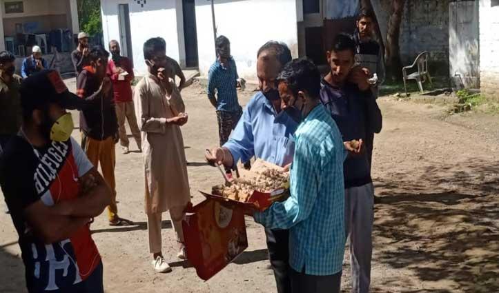 SDM ने कंडवाल मेंQuarantine Center का किया दौरा, पेस्ट्री बांटने के साथ जाना हालचाल