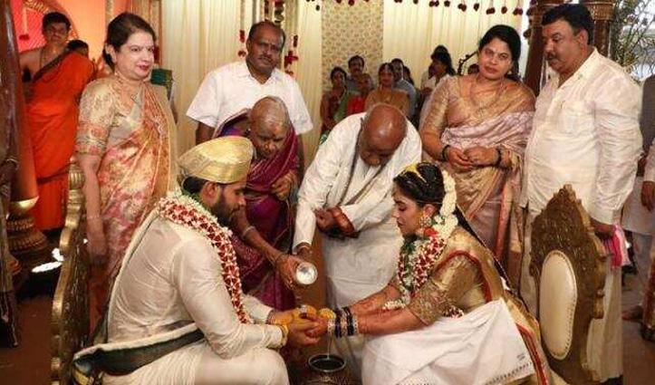 Lockdown की उड़ी धज्जियां: शाही अंदाज में हुई पूर्व CM कुमारस्वामी के बेटे की शादी