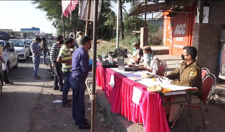 Himachal Pradesh में प्रवेश पाने वालों की तीसरे दिन भी कम नहीं हुई भीड़, मैहतपुर में डटे सैंकड़ो लोग