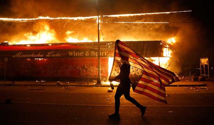 अश्वेत की पुलिस हिरासत में मौत के बाद US में हिंसा, बंद किया गया White House