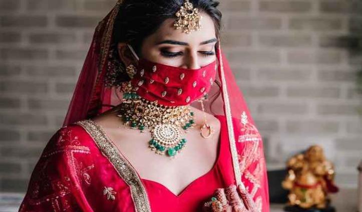 Matching Mask पहनकर दूल्हा-दुल्हन ने निभाई शादी की रस्में, देखिए खूबसूरत तस्वीरें
