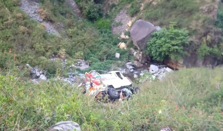 सब्जी लेकर जा रही पिकअप Chamba-Pathankot NH पर खाई में गिरी, दो घायल