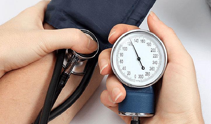 High blood pressure के इन लक्षणों को भूल कर भी ना करें नजरअंदाज