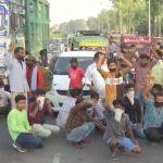 बस में बैठाकर Station पहुंचाया, ट्रेन रद्द होने पर भड़के मजदूर, किया Protest
