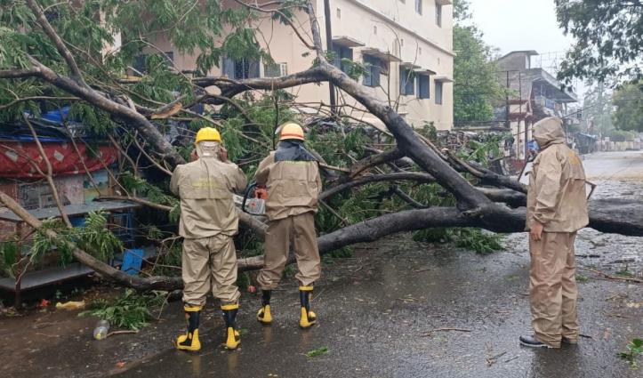 ताकतवर हो रहा 'अम्फान', Odisha में टूटकर गिरे पेड़, कोरोना विशेष उड़ानों पर कल तक रोक