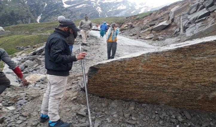 चुंबक मोड़ पर चट्टान गिरने से Manali-Leh मार्ग हुआ अवरुद्ध, कई वाहन भी फंसे