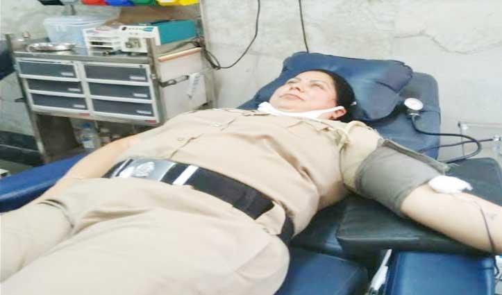 कोरोना संकट में बचाई युवती की जान, महिला पुलिसकर्मी ने 7वीं बार किया रक्तदान