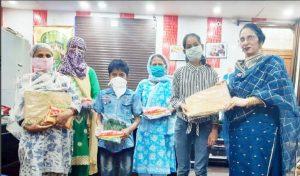 कपड़े और मास्क बांटकर ईद मनाई