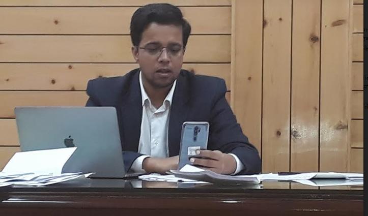 डीसी Chamba की अनूठी पहल, संस्थागत क्वारंटाइन लोगों से Video कॉलिंग से कर रहे बात