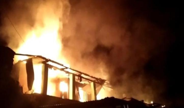 भलेई में दो घर जल कर राख, दादी ने जान पर खेलकर पोती को बचाया