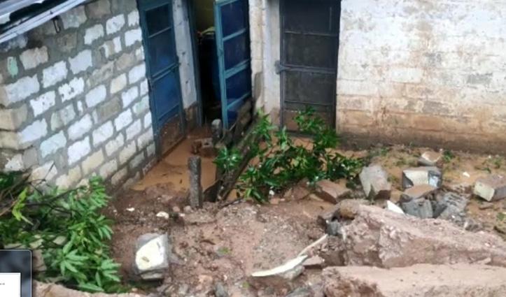 हल्की सी बारिश भी नहीं झेल पाया लाखों रुपए से लगाया डंगा, घरों में घुसा पानी और मलबा