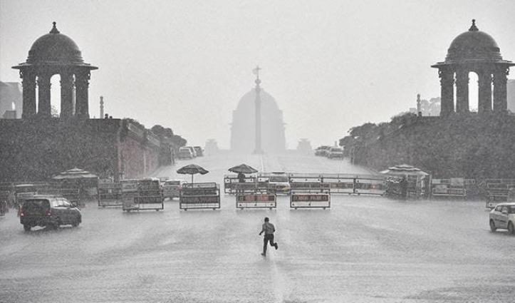 Delhi-NCR में मौसम ने बदली करवट, आसमान में छाया अंधेरा, कई इलाकों में जमकर हुई बारिश
