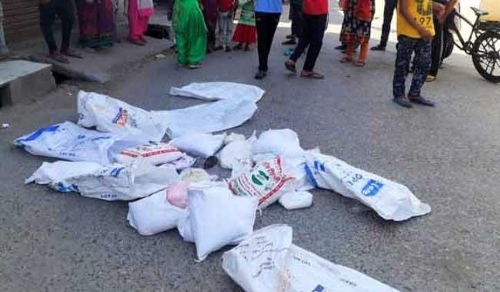 BJP Worker बांट रहे थे राशन, निकला मरा हुआ चूहा तो लोगों ने सड़क पर फेंका