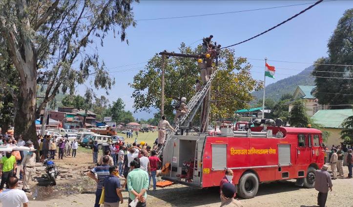 बिजली के पोल पर हुआ धमाका, काम कर रहे Technician के कपड़ों में लगी आग- गंभीर घायल