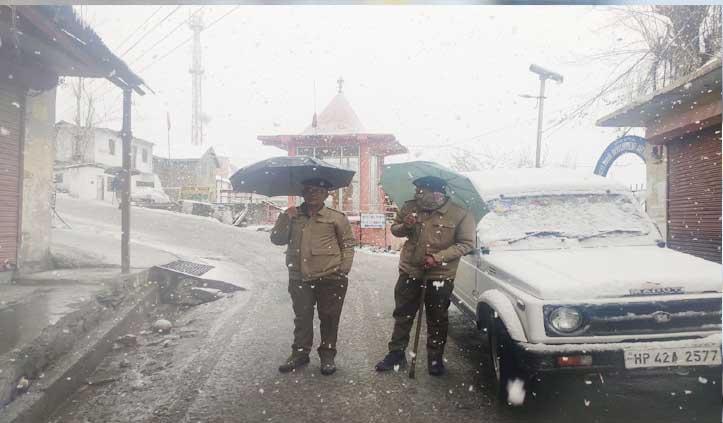 बर्फबारी से Rohtang पर थमे वाहनों के पहिए, प्रशासन ने बंद की आवाजाही