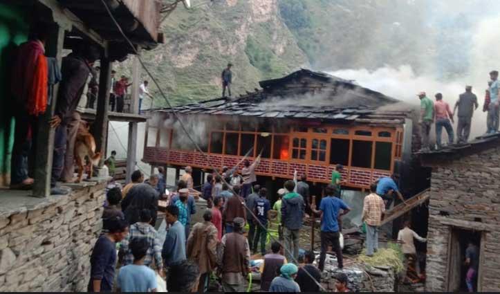 Kullu की लगवैली के सरली गांव में दो मकानों में लगी आग