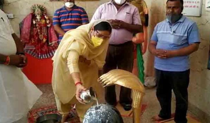 हरियाणा: BJP की मंत्री ने किया Lockdown का उल्लंघन, कपाट खुलवाकर मंदिर में की पूजा