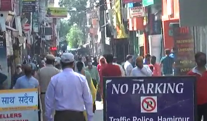 Hamirpur में उड़ी नियमों की धज्जियां, बाजार में उमड़ी भीड़ ने छुड़ाए प्रशासन के पसीने