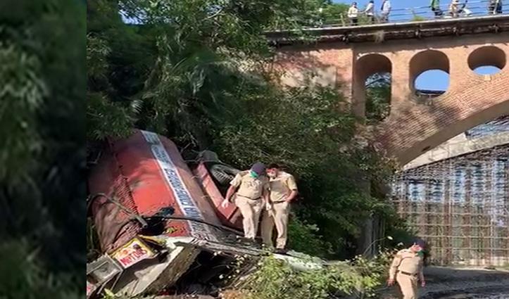 Hamirpur में तारकोल से भरा Truck खड्ड में गिरा, चालक की गई जान
